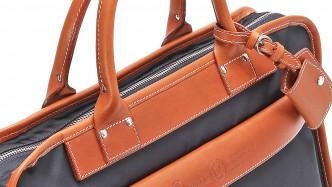 「アズーロ・エ・マローネ」なバッグでこなれた印象に!
